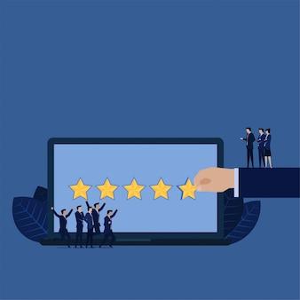 Les entreprises donnent cinq étoiles pour examiner l'équipe de gestion heureuse.