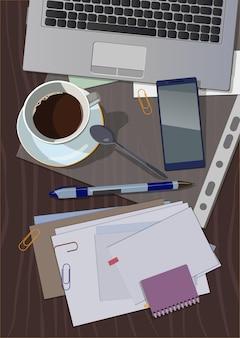 Enveloppe, bloc-notes, calendrier et lettres sur la table de bureau.