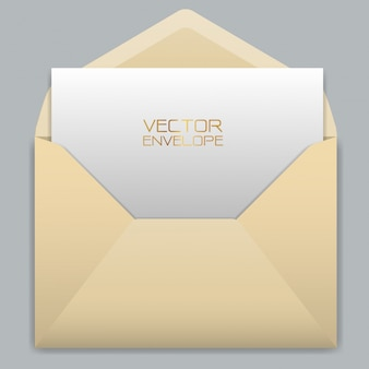 Enveloppe jaune avec une carte blanche à l'intérieur sur fond gris.