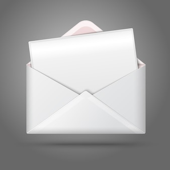 Enveloppe ouverte blanche vierge et carte postale pour votre texte.