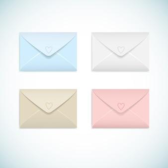 Enveloppes fermées plates de couleurs pastel avec jeu de coeurs