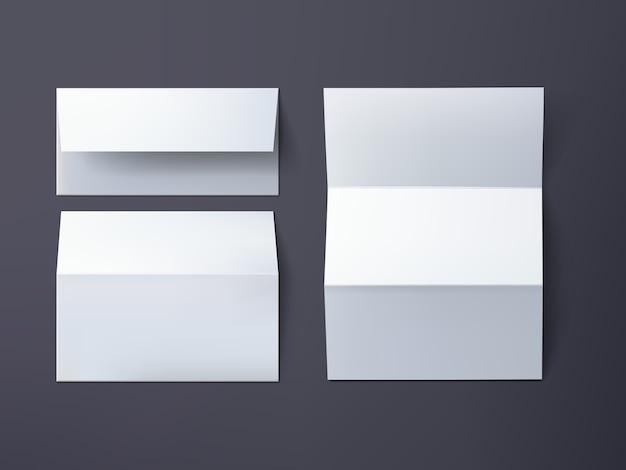 Enveloppes isolées et feuille de papier sur fond gris foncé.