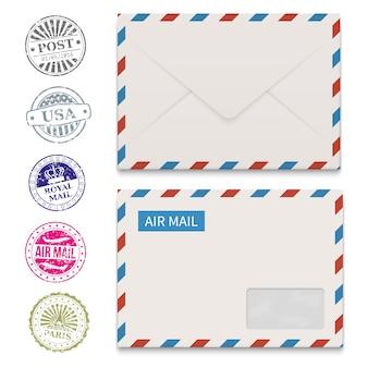 Enveloppes et timbres postaux grunge isolés sur blanc