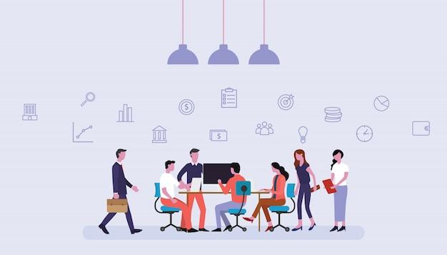 Équipe des activités travaillant ensemble au bureau avec des icônes financières