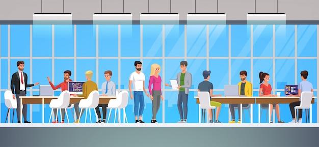 Équipe des affaires dans un bureau sur une ville.