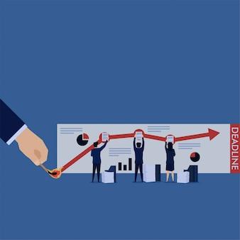 Équipe d'affaires occupée à préparer l'analyse du rapport financier avec une date limite.