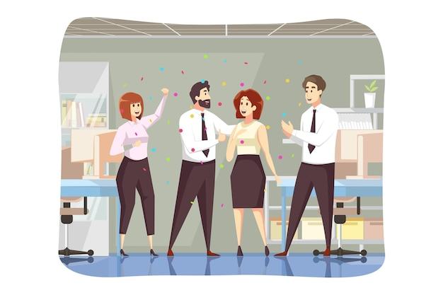 L'équipe de chef de l'homme patron de collègues collègues féliciter l'employé de femme d'affaires prospère ensemble