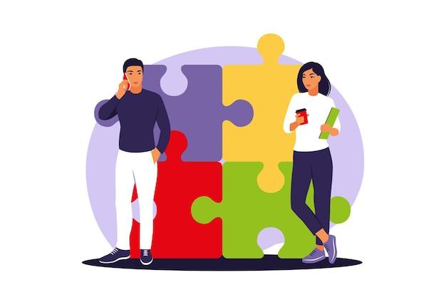 Équipe commerciale mettant ensemble le puzzle. partenaires de dessin animé travaillant en connexion.