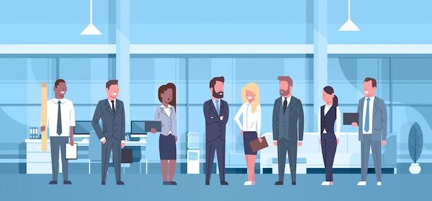 Équipe de course de mélange de gens d'affaires dans le bureau moderne concept groupe d'hommes d'affaires et busine