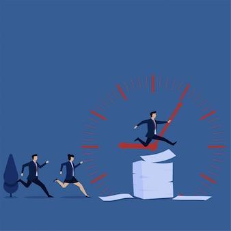 L'équipe court et saute au-dessus des papiers et de l'horloge derrière
