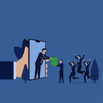 L'équipe d'entreprise obtient la marque de réussite pour le projet d'approbation