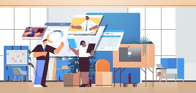 Équipe d'hommes d'affaires analysant les données de statistiques financières avec des collègues dans les fenêtres de navigateur web pendant le travail d'équipe de communication en ligne d'un appel vidéo
