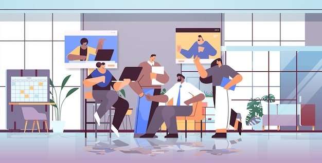 Équipe d'hommes d'affaires discutant avec des collègues dans les fenêtres de navigateur web lors d'un appel vidéo conférence virtuelle communication en ligne travail d'équipe