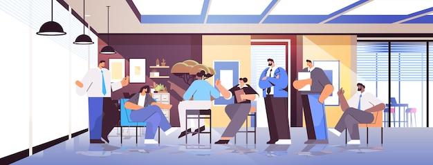Équipe d'hommes d'affaires discutant lors d'une réunion de conférence travail d'équipe réussi
