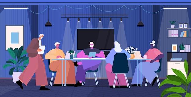 Équipe d'hommes d'affaires senior utilisant des gadgets numériques hommes d'affaires travaillant dans un bureau moderne illustration vectorielle horizontale pleine longueur