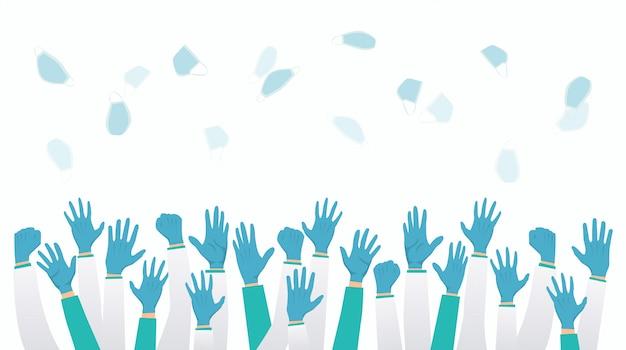 L'équipe de médecins jette des masques et lève la main après la fin de la quarantaine de verrouillage de la pandémie du virus corona