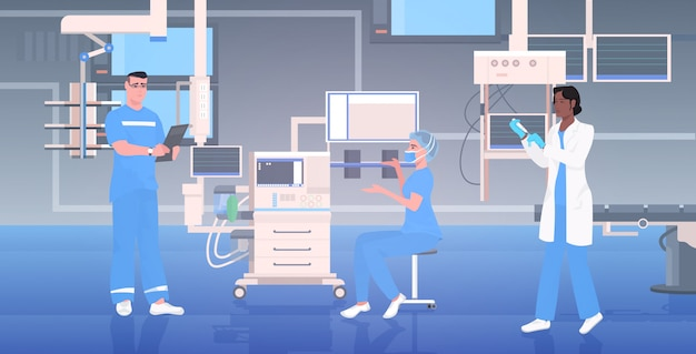 Équipe de médecins en uniforme travaillant ensemble dans la salle d'opération clinique hospitalière moderne thérapie intensive procédures chirurgicales concept de travail d'équipe horizontal pleine longueur