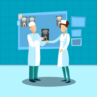 L'équipe médicale de docteur examinent l'image de x ray