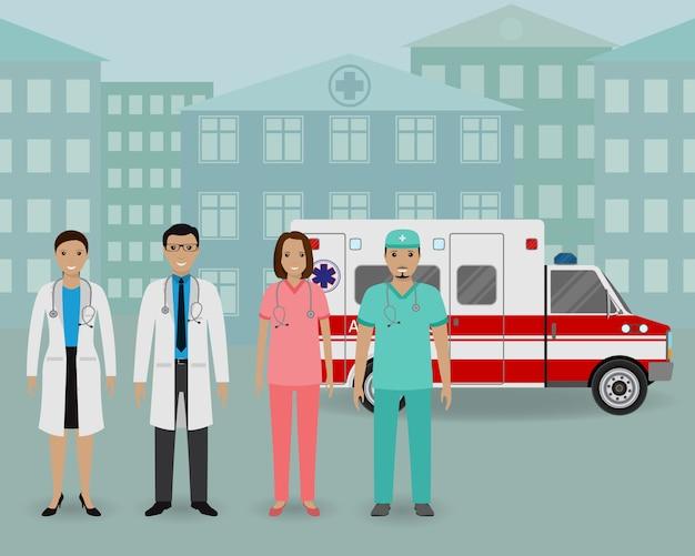 Équipe médicale. groupe de médecins et d'infirmières debout ensemble sur une voiture ambulance et fond de clinique.