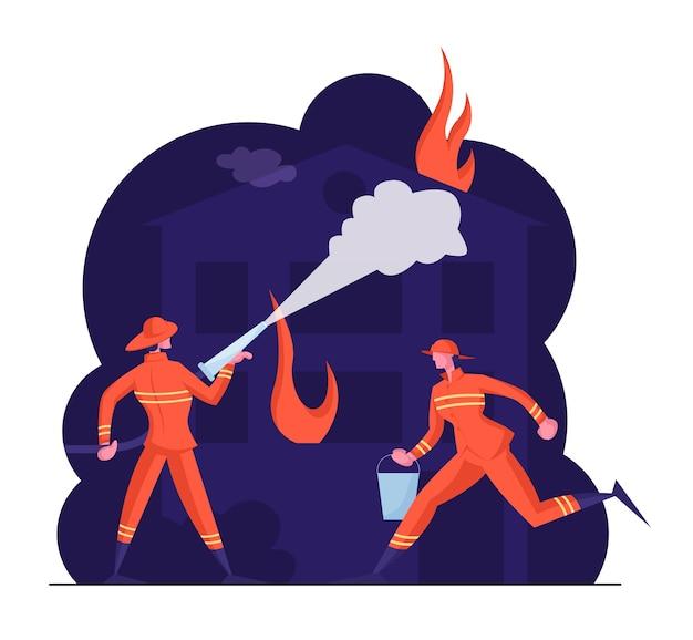 Équipe de personnages masculins courageux en uniforme de pompiers et chapeaux s'éteignent