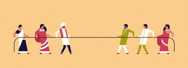 Équipe de peuple indien de tir à la corde tirant des extrémités opposées de la corde