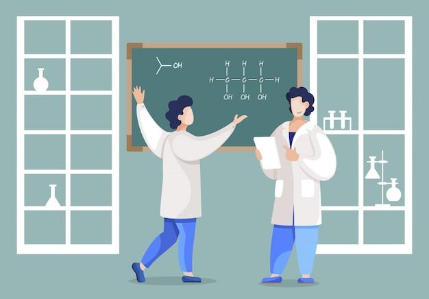Équipe de scientifiques écrivant la structure de la molécule sur le tableau noir pour trouver les propriétés des substances