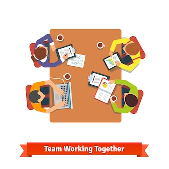 Équipe travaillant sur un projet dans une salle de conférence