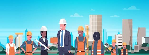 Équipe de travailleurs de la construction sur l'illustration horizontale de la ville moderne
