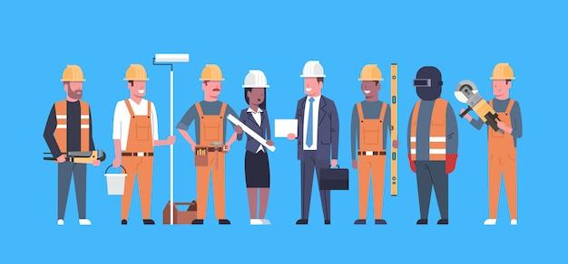 Équipe de travailleurs de costruction techniciens industriels mélangent le groupe de constructeurs homme et femme de course
