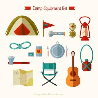 Équipement de camp situé dans le design plat
