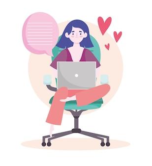 Espace de travail de bureau à domicile, femme assise sur une chaise à l'aide de sms pour ordinateur portable.
