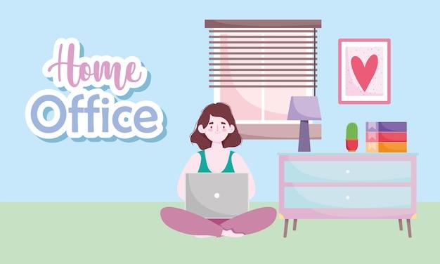 Espace de travail de bureau à domicile, femme utilisant un ordinateur portable assis au sol dans la chambre avec lampe de table et livres.
