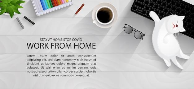 Espace de travail sur la table de planche pour l'éloignement social, travail à domicile avec un joli concept d'infographie pour animaux de compagnie