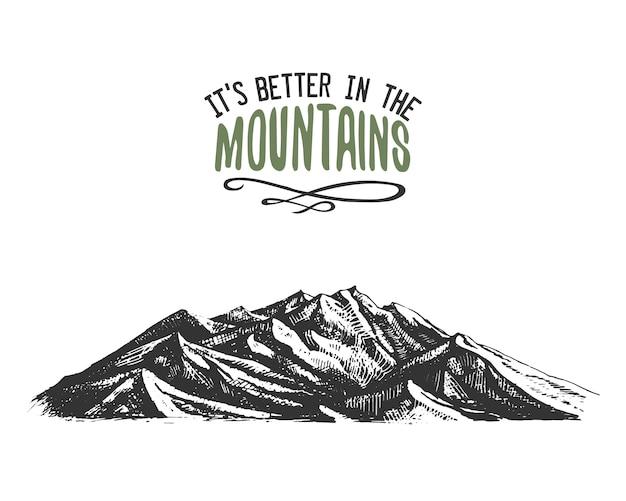 C'est mieux dans les montagnes signe en style vintage, dessiné à la main, croquis ou gravé. sommet de montagne moderne comme carte de motivation, escalade et randonnée