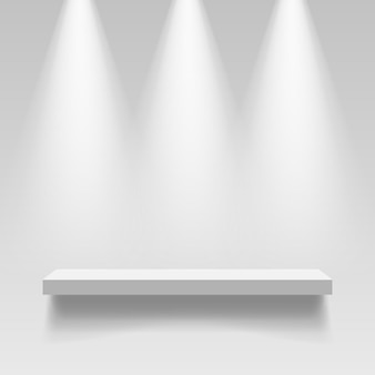 Étagère blanche vide accrochée à un mur avec éclairage