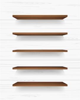Étagère en bois sur fond de mur blanc avec des ombres douces.