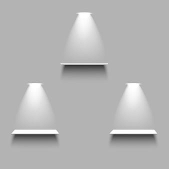 Étagères vides blanches avec lumière et ombre sur fond gris. ensemble d'éléments réalistes 3d