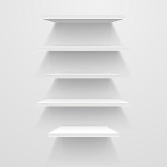 Étagères vides blanches sur mur blanc.