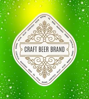 Étiquette de bière avec des éléments ornementaux s'épanouit