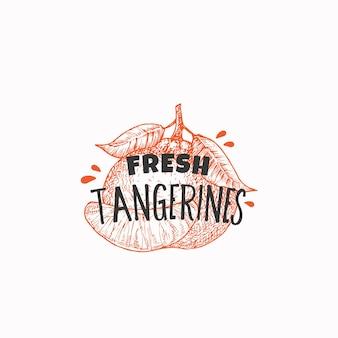 Étiquette d'insigne de mandarines fraîches juteuses ou modèle de logo croquis de fruits dessinés à la main avec une typographie ludique ...