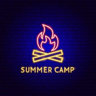 Étiquette de néon de camp d'été. illustration vectorielle de la promotion du feu.