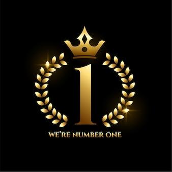 Étiquette d'or de la réussite numéro un avec couronne