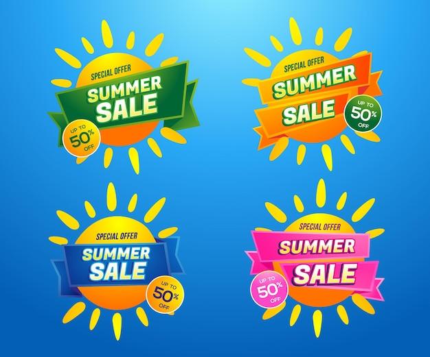 Étiquettes de différentes couleurs de vente d'été sur l'illustration de soleils jaunes sur fond dégradé bleu