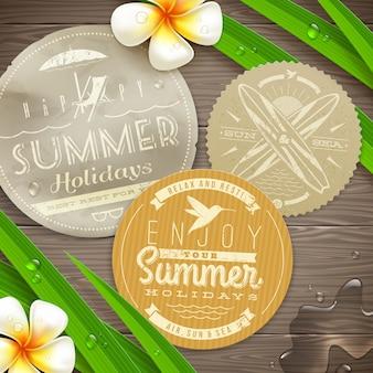 Étiquettes en papier vintage avec des emblèmes de vacances et de voyage et des fleurs tropicales sur une surface en bois - illustration.