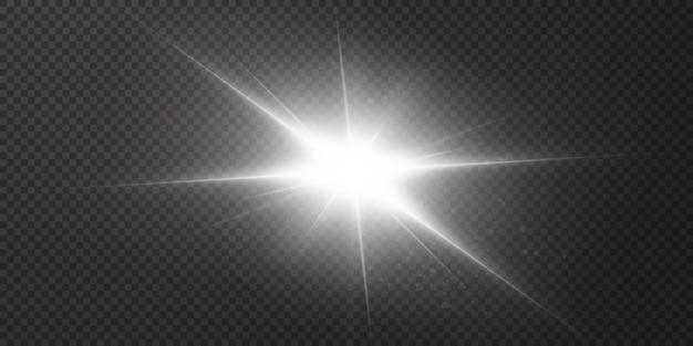 Étoiles brillantes isolées sur fond blanc transparent. effets, éblouissement, éclat, explosion, lumière blanche, ensemble. le brillant des étoiles, un bel éblouissement du soleil.
