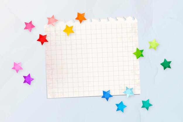 Étoiles colorées sur un papier vierge