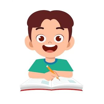 Étude de garçon enfant mignon heureux avec sourire