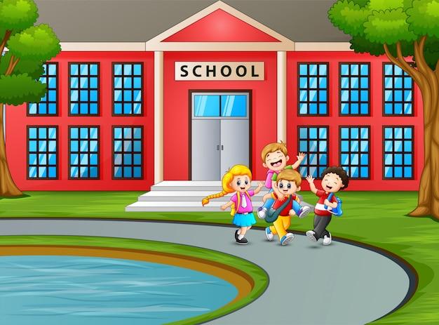Étudiant rentrer à la maison après l'école