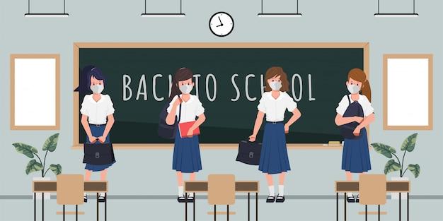 Étudiant de retour à l'école avec un nouveau concept normal. fond de tableau noir en classe.