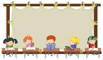Étudiant sur bannière vide